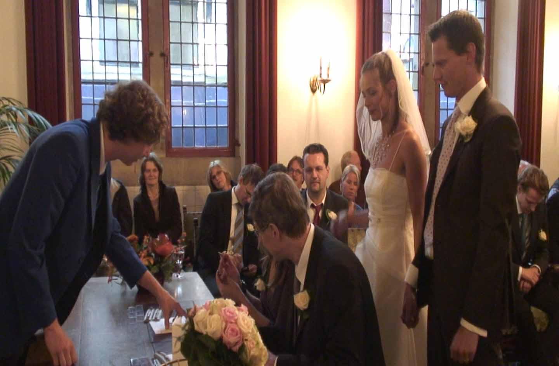 Het zetten van de handtekeningen uit de trouwvideo