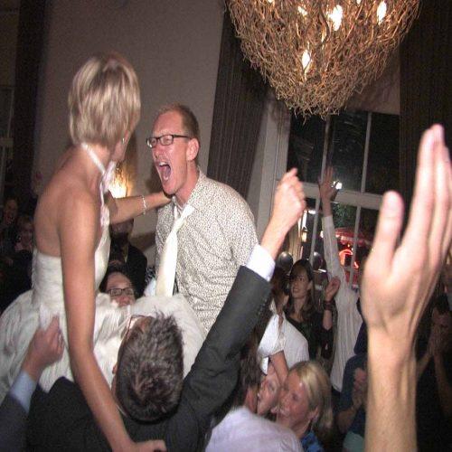 Video: Op de schouders tijdens het huwelijksfeest.