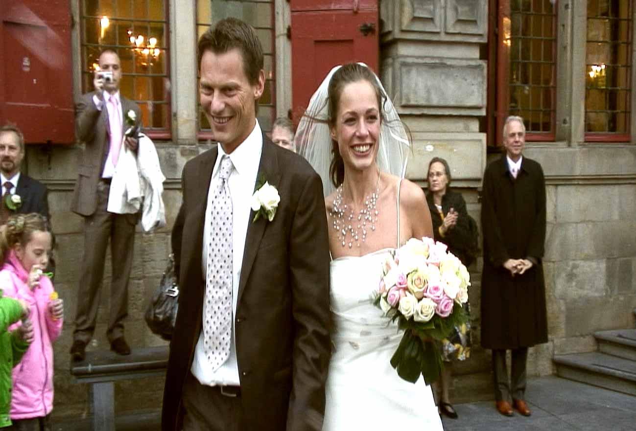 Video: Uit het stadhuis komen na de huwelijksvoltrekking.